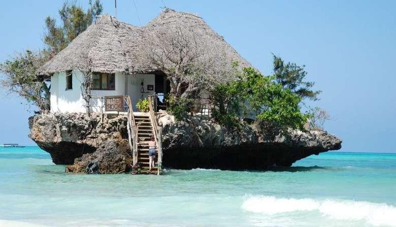 Di Zanzibar, Afrika ada restoran mungil yang berdiri di atas batu besar. Lokasinya di tengah lautan dengan air biru kehijauan yang jernih. Restoran bernama The Rock Restaurant ini menyuguhkan aneka seafood segar sebagai menu andalan. Foto: The Rock Restaurant Zanzibar
