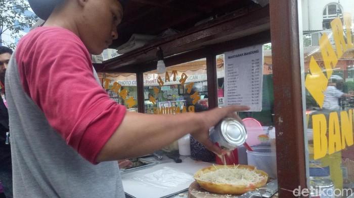 Pedagang martabak manis pakai susu kental manis (Foto: Peti/detikcom)