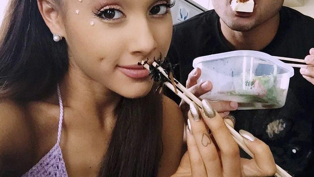 Cantiknya Ariana Grande Saat Berpose dengan Minuman Favoritnya