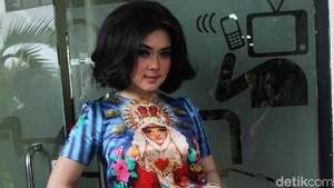 Pesona Luna Maya dengan Dress Floral