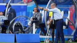 Terlihat mengenakan tongkat, pelatih timnas Uruguay Oscar Tabarez tetap tangguh walau mengidap penyakit saraf langka Guillain-Barre Syndrome (GBS).
