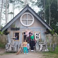 Senangnya liburan bareng keluarga (zaskiadyamecca/Instagram)