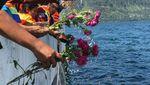 Menhub Tabur Bunga di Danau Toba