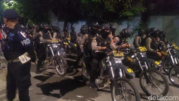Rekap Suara Pilwalkot Makassar, Massa Tembak Petasan ke Polisi