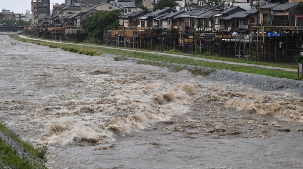 Foto: Banjir Dampak Hujan Lebat Tak Biasa di Jepang