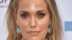 Normalnya mata manusia memiliki warna iris yang sama. Tapi tidak demikian dengan para selebriti ini. Mereka punya dua warna mata yang berbeda.