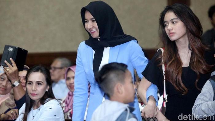 Bupati Kutai Kartanegara (Kukar) nonaktif Rita Widyasari akan menjalani sidang putusan kasus gratifikasi. Dia berharap majelis hakim menjatuhkan vonis yang ringan.