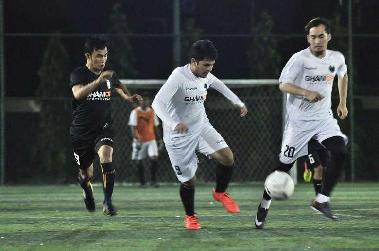 Selain menjadi pilihan olahraga, tampaknya sepakbola juga menjadi hobinya. Foto: Instagram/rizkyalatas