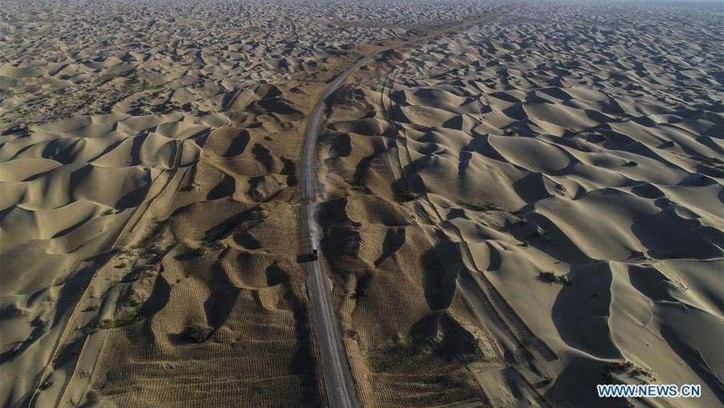 China Bangun Jalan 300 Km di Tengah Padang Gurun