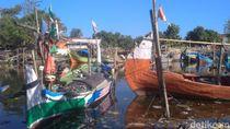 Cuaca Buruk, Nelayan Pilih Tak Melaut dan Perbaiki Perahu