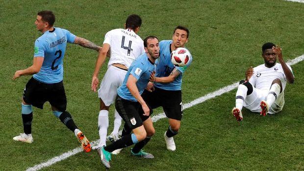 Timnas Uruguay bermain banyak menahan tempo permainan menghadapi Uruguay. (