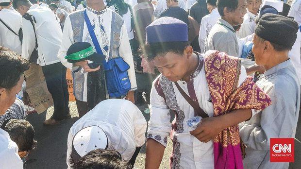 Massa Aksi 67 Salat Ashar Berjamaah di Medan Merdeka Timur