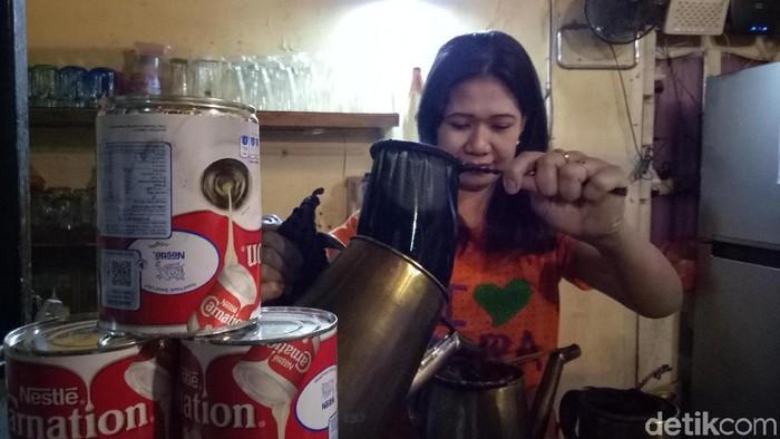 Salah seorang pedagang warung kopi yang menggunakan susu kental manis (Foto: Ibnu Munsir/detikHealth)
