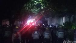 Rekap Suara Pilwalkot Makassar, Massa Tembakkan Petasan ke Polisi