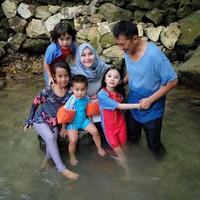 Selain pantai, Zaskia dan Hanung juga mengajak anak-anaknya main ke Sungai Mudal di Kulon Progo (zaskiadyamecca/Instagram)