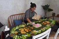Satoesoek+: Puasnya Menyantap Liwetan Sunda Komplet di Atas Daun Pisang
