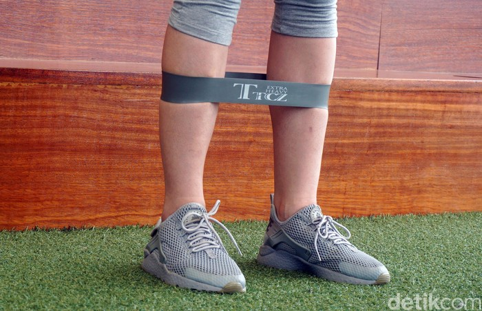 Resistance band merupakan salah satu alat olahraga berbentuk karet tebal. Biasanya digunakan untuk olahraga pengencangan otot. (Foto: Frieda Isyana Putri/detikHealth)