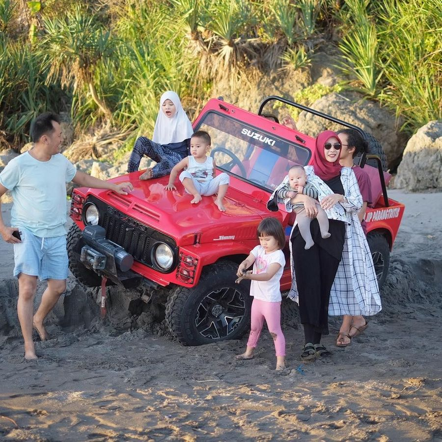Zaskia Adya Mecca dan keluarga tengah berlibur ke DI Yogyakarta. Salah satu aktivitas liburan serunya adalah wisata naik jeep di Pantai Parangtritis (zaskiadyamecca/Instagram)