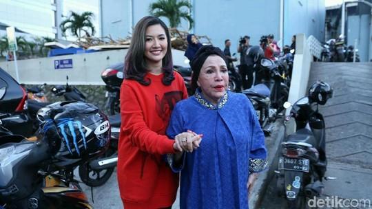 Air Mata Syukur Mpok Atiek untuk Asty Ananta