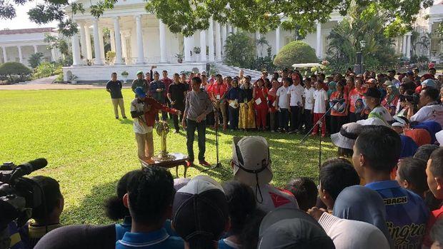 Presiden Jokowi bagi-bagi jaket Asian Games