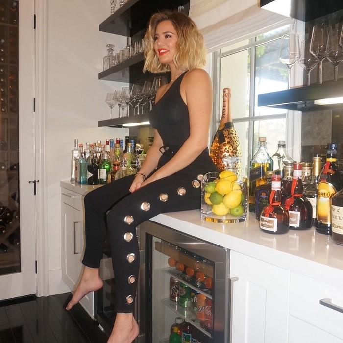 Di pantry mungil, Khloe nampak kasual duduk di atas meja. Nampak lemon, jejeran minuman alkohol dan aneka soft drink dalam kulkas jadi latar foto ibu satu anak ini. Foto: Instagram khloekardashian
