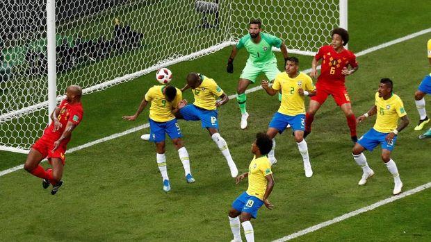 Brasil dikejutkan oleh gol bunuh diri Fernandinho pada menit ke-13. (