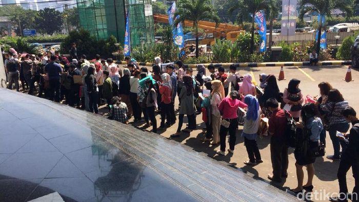 Antrean sendiri sudah mengular sejak pukul 08.00 WIB. Foto: Puti Aini Yasmin