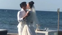 Setelah resmi menikah, Dimas dan Nadine saling berciuman mesra. Foto: Nadine Chandrawinata dan Dimas Anggara (dok. Instagram)