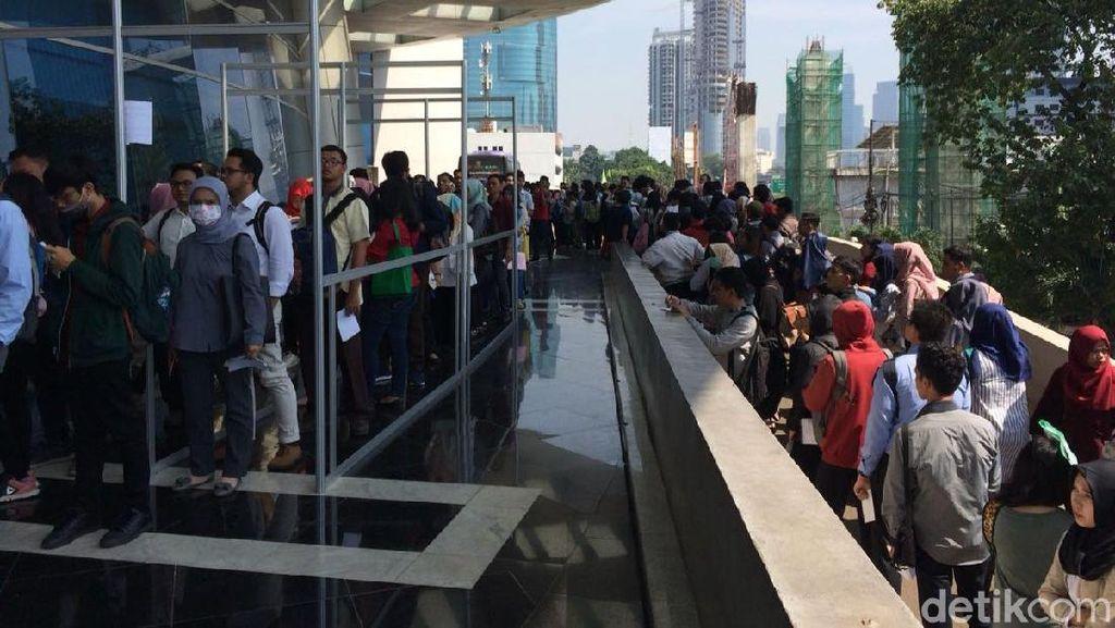 Ratusan Orang Antre Cari Kerja di Akhir Pekan Sejak Pagi