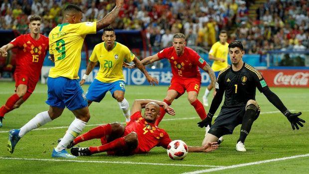 Vincent Kompany menekel Gabriel Jesus di kotak penalti Balgia.