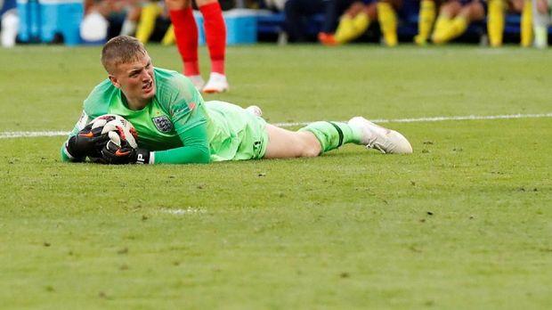 Jordan Pickford melakukan penyelamatan krusial di laga melawan Swedia.