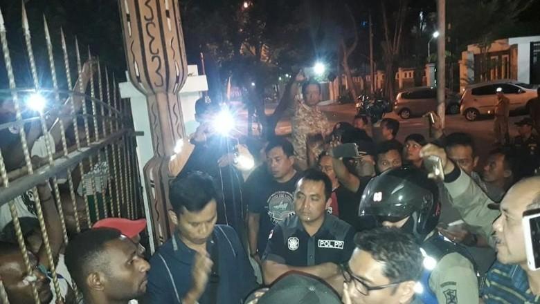 Petugas Gabungan Kepung Asrama Mahasiswa Papua di Surabaya