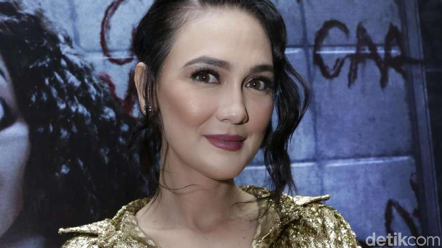 Luna Maya Pretty in Gold!