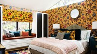 Kamar tidur menggunakan walpaper berwarna kuning.
