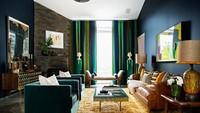 Interior rumah ini bergaya minimalis namun diisi dengan warna-warna yang cerah.
