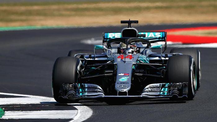 Lewis Hamilton merebut pole position di GP Inggris dan mencetak rekor. (Foto: Charles Coates/Getty Images)