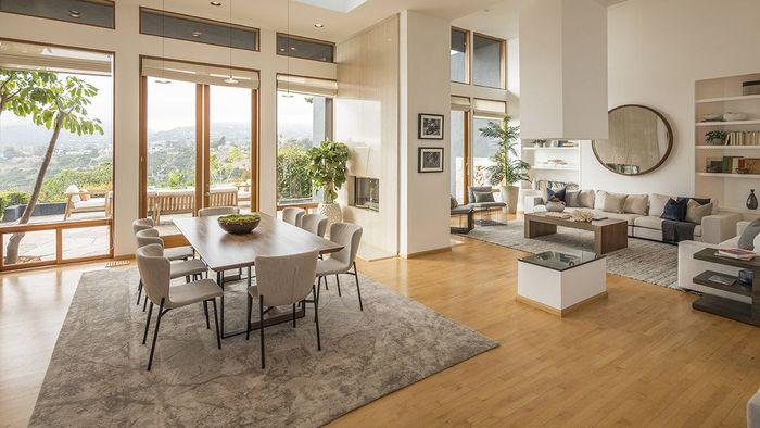Interior rumah juga dilengkapi dengan fasilitas ruang kerja, ruang media, kamar pembantu dan pemandangan gunung dan samudera.