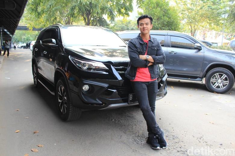 Dion Wiyoko dan Toyota Fortuner. Foto: Rangga Rahadiansyah
