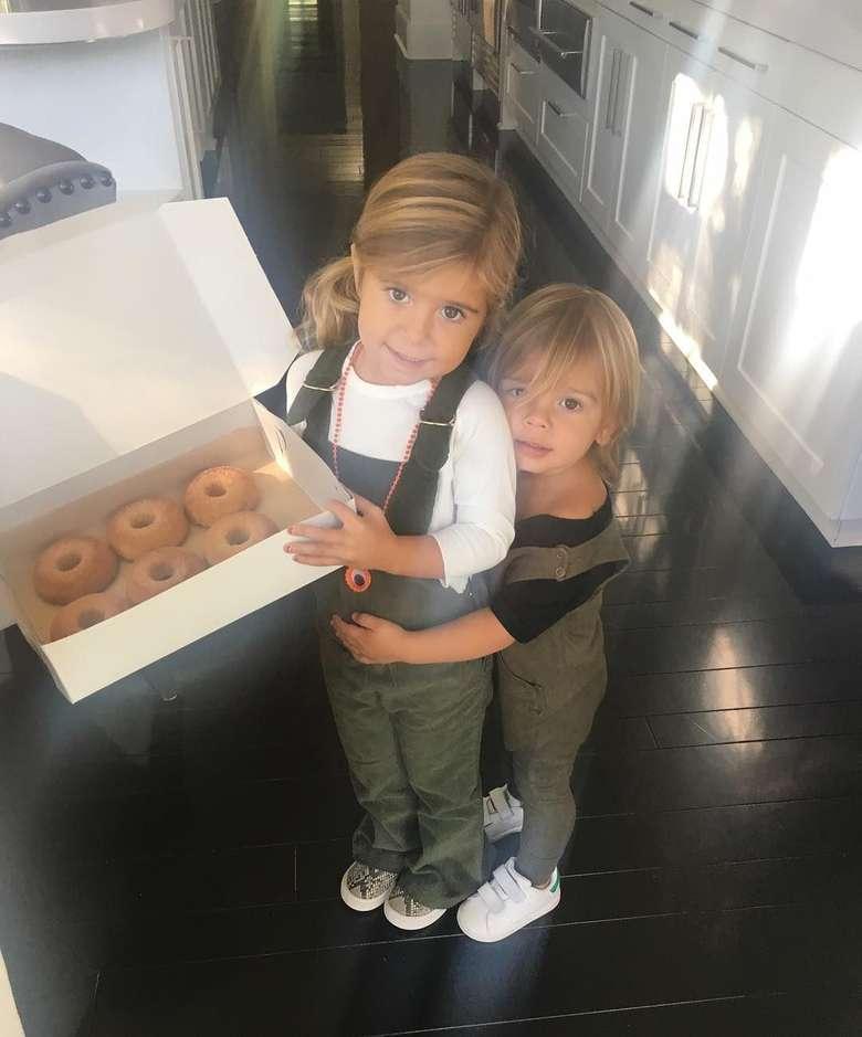Pacar Tristan Thompson ini sering mengunggah foto-foto lucu keponakannya di Instagram. Termasuk saat Penelope membawa sekotak donat. Cute! Foto: Instagram khloekardashian