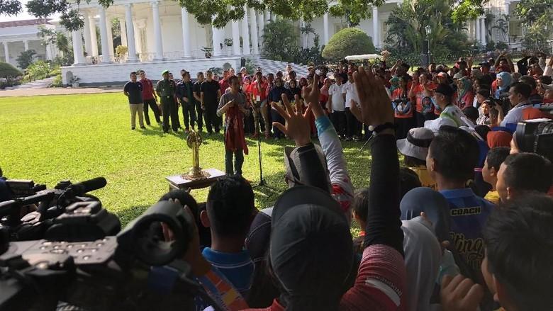 Bertemu Atlet Panah, Jokowi Bagi-bagi Jaket Asian Games
