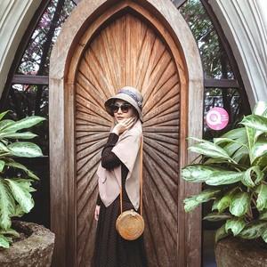 Gaya Hijab Syari untuk Traveling ala Zaskia Sungkar, Simpel tapi Cantik