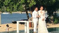 Keduanya menikah dengan pantai cantik Lombok sebagai latar belakang. Foto: (dok. Instagram)