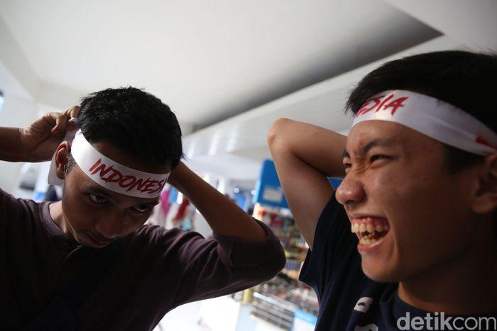 Mereka menggunakan ikat kepala bertuliskan Indonesia