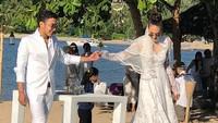 Pernikahan Nadine Chandrawinata dan Dimas Anggara tampak santai namun tetap romantis. Foto: (dok. Instagram)