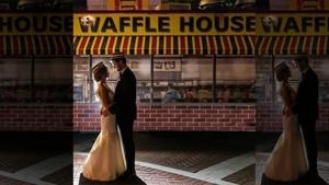 Unik! Pasangan Ini Adakan Foto Pernikahan di Gerai Waffle