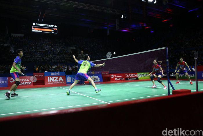 Tontowi Ahmad/Liliyana Natsir bertanding melawan Chan Peng Soon/Goh Liu Ying di partai final Indonesia Open yang digelar di Istora Senayan, Minggu (8/7/2018).