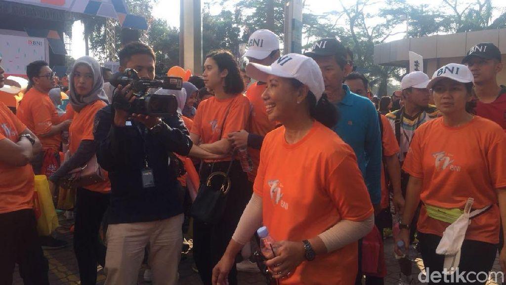 Rini Soemarno Jalan Santai Bareng Ribuan Karyawan BNI di Thamrin