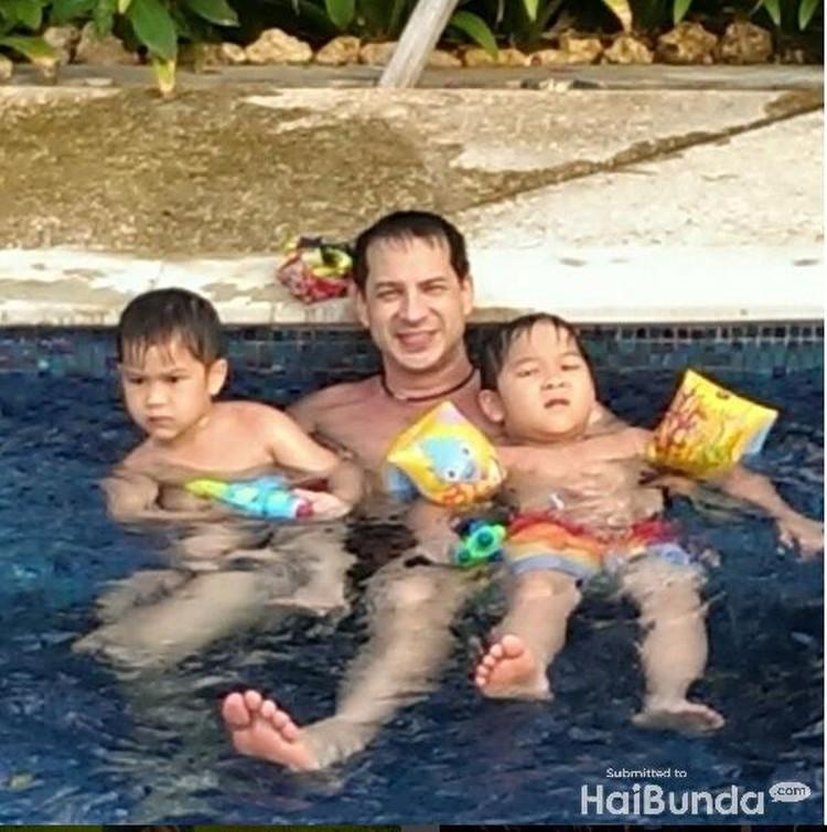 Bonding time Ari dengan kedua jagoannya, Kenzo dan Marco. Asyiknya yang berenang dengan ayah. (Foto: Instagram @ariwibowo_official)