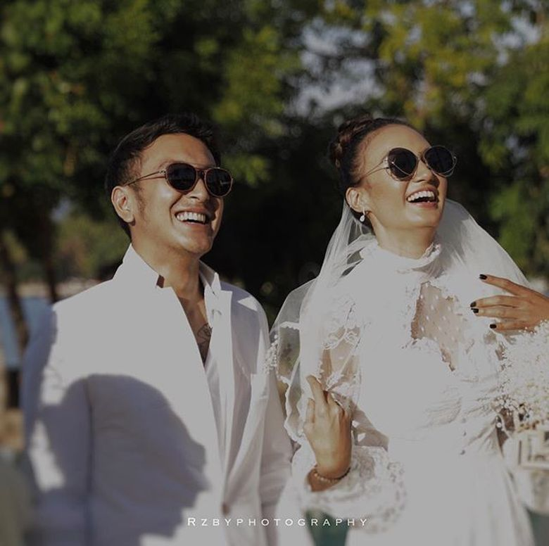 Nadine Chandrawinata dan Dimas Anggara tampil serasi serba putih. Foto: (Instagram/rzbyphotography)
