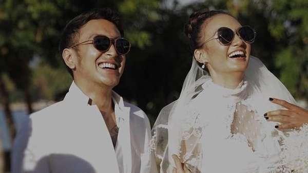 Senyum Semringah Dimas-Nadine Chandrawinata Usai Resmi Menikah